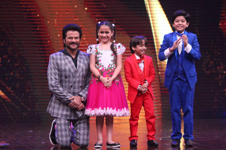 Anil Kapoor pose with little contestants