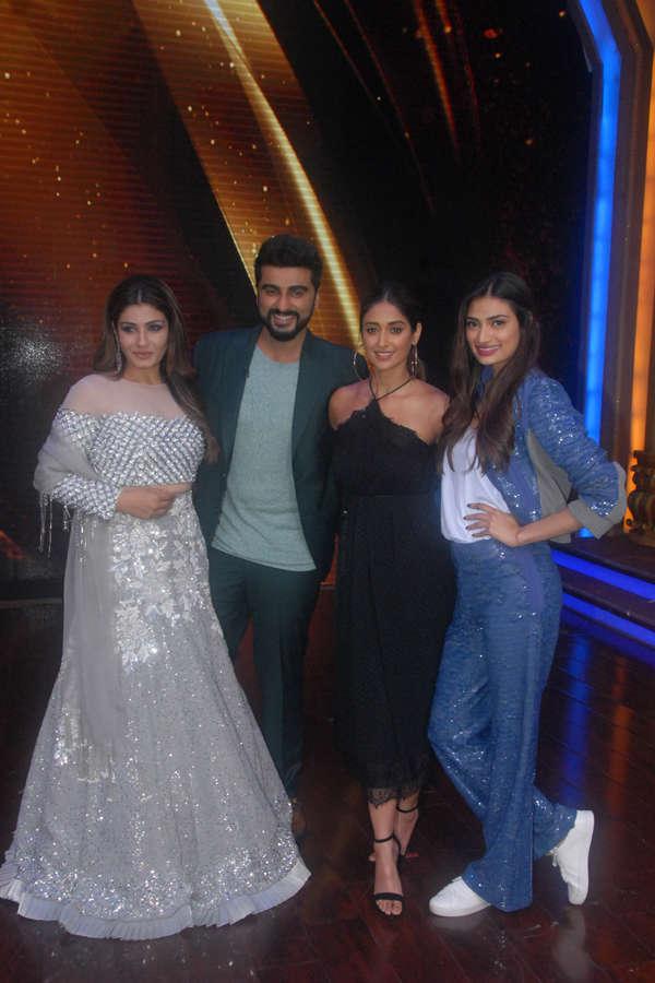 Raveena Tandon, Arjun Kapoor, Ileana D'Cruz and Athiya Shetty smile for the camera