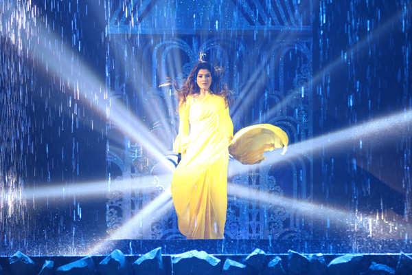 Raveena Tandon performs on 'Tip Tip Barsa Paani'