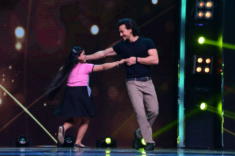 Tiger Shroff dancing with contestant