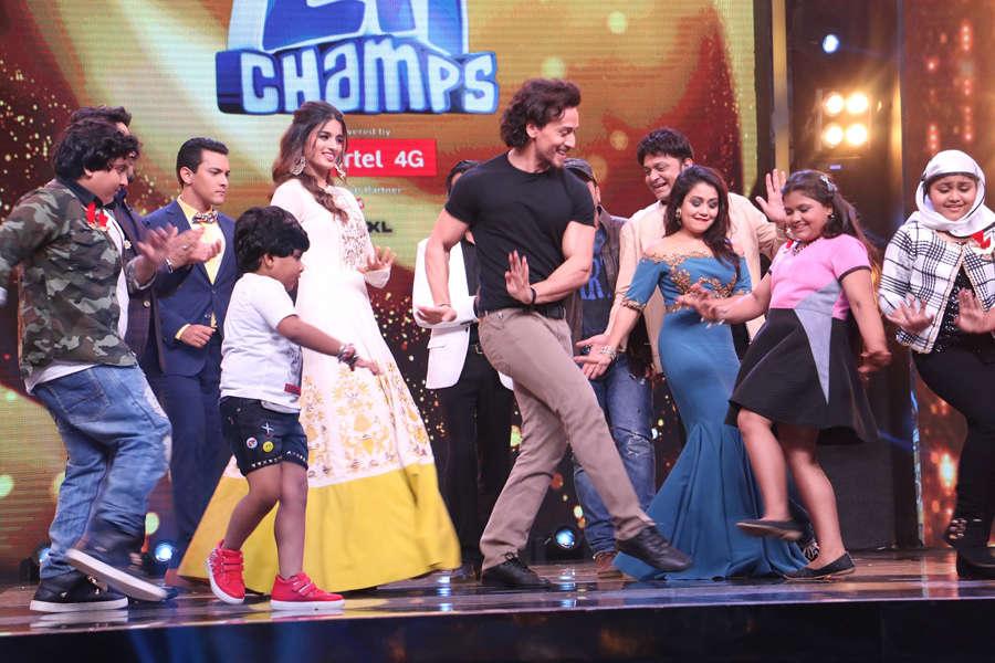 Aditya Narayan, Tiger Shroff, Nidhhi Agerwal and Neha Kakkar shakes a leg with the contestants
