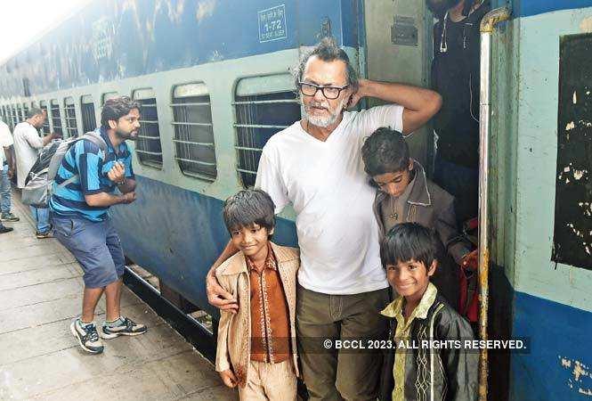 P1-Rakeysh-Omprakash-Mehra-shooting-in-New-Delhi-railway-station-SAM_3709
