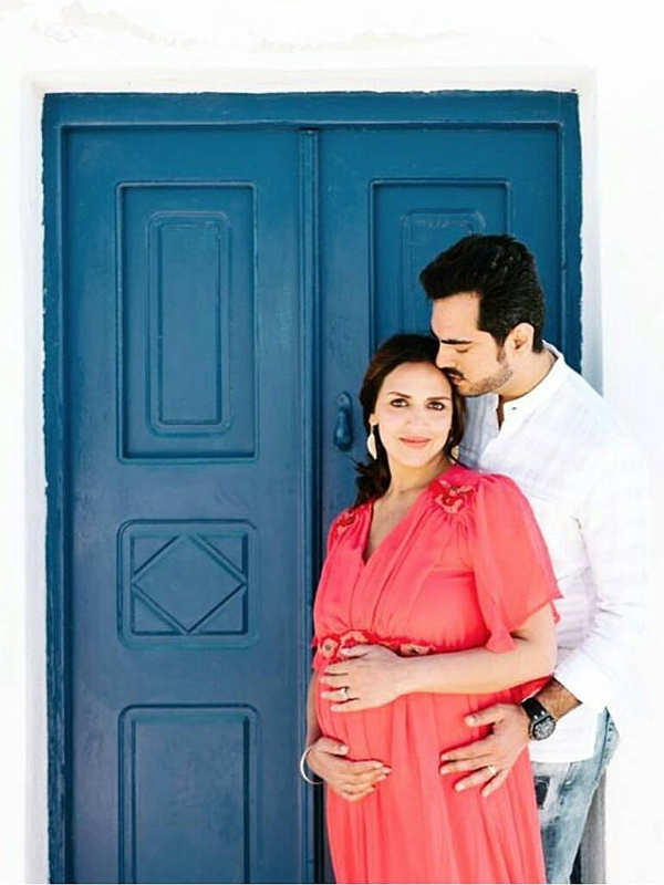 Esha Deol looks gorgeous as she poses with hubby Bharat Takhtani