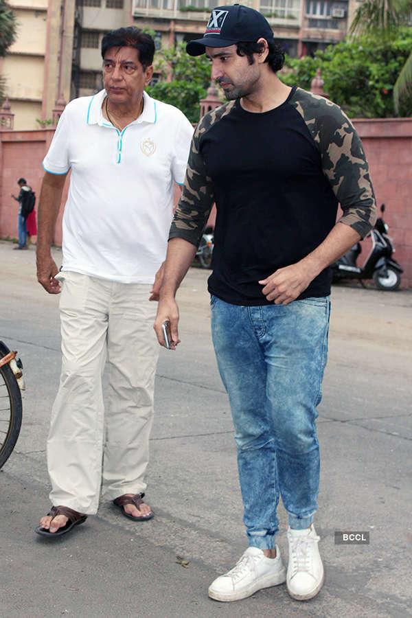 Rakesh Nath and Karan Nath at Inder Kumar's funeral