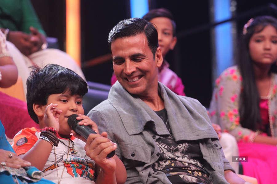 Contestant Jayas Kumar and Akshay Kumar