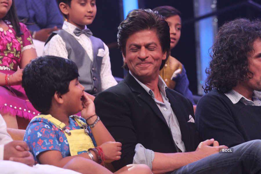 Contestant Jayas Kumar and Shah Rukh Khan