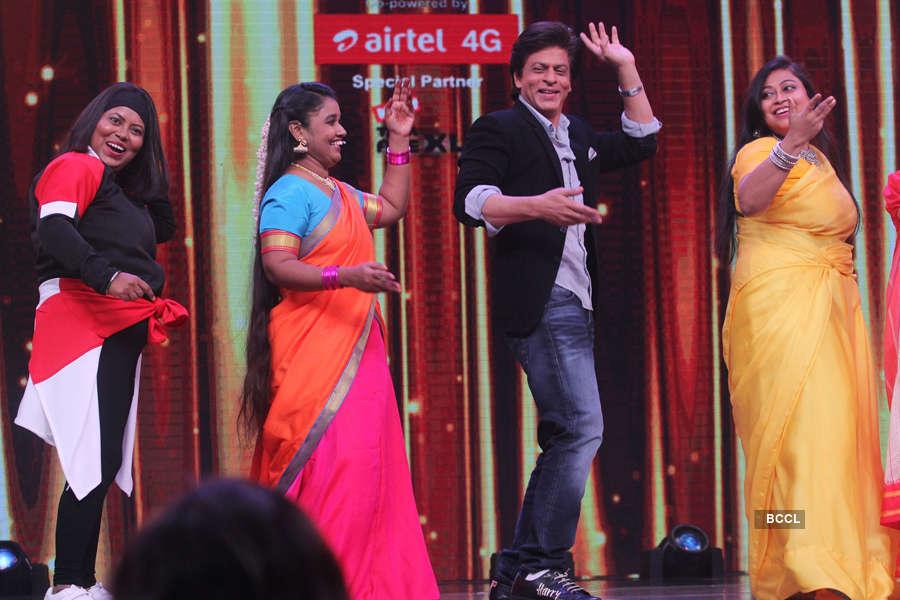 Shah Rukh Khan shake a leg with his fans