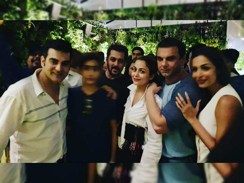 Salman Khan, Malaika Arora, Sohail Khan, Amrita Arora and B-day boy Arbaaz Khan come together for an epic click