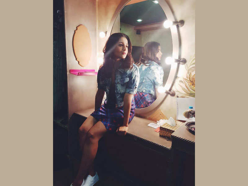 Image result for alia bhatt in front of mirror