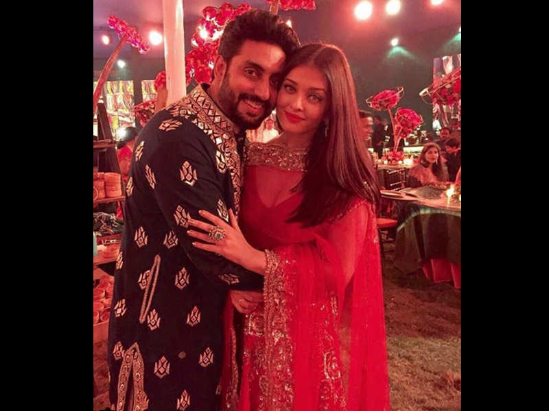 Abhishek Bachchan And Aishwarya Rai Paint A Lovable Picture At Wedding