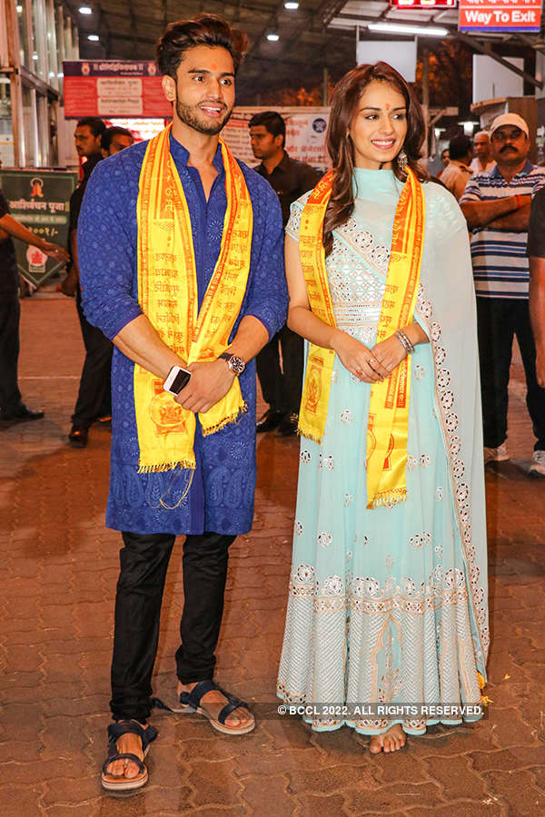 Miss World 2017 Manushi Chhillar offers prayers at Siddhivinayak Temple