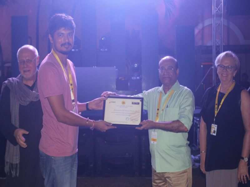 Jayprakash Naidu presents the Digital Intermediate (DI) award (Work-In-Progress Lab 2017) to Ere Gowda for Balekempa
