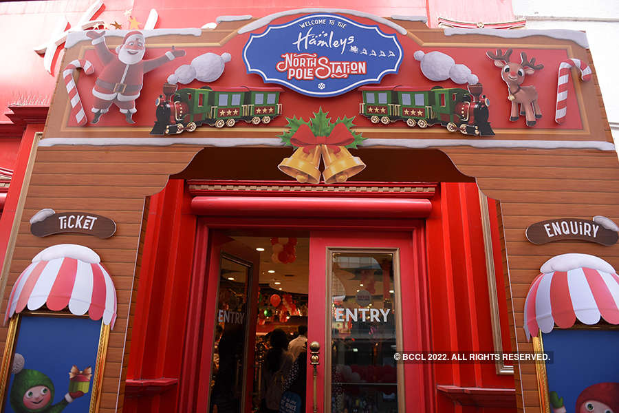 Shilpa celebrates Christmas with kids at Hamleys