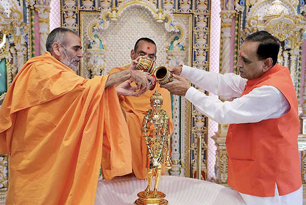 Vijay Rupani takes oath as Gujarat CM