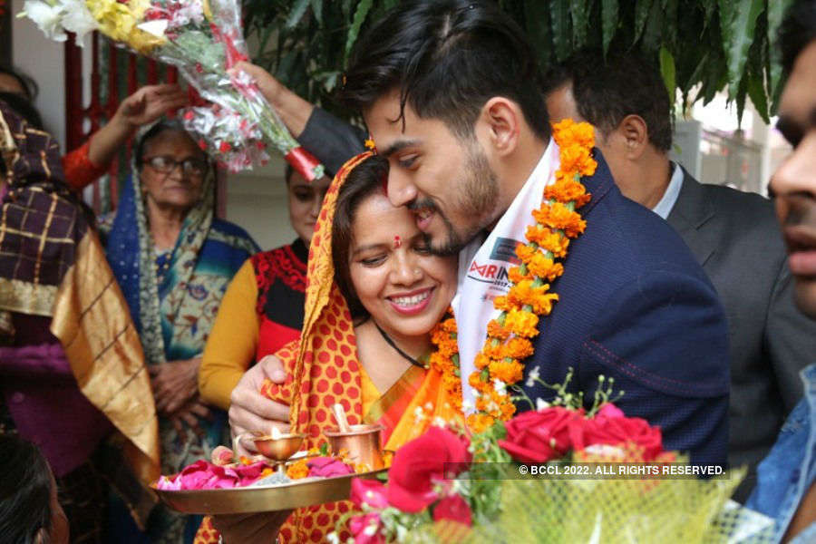 Mr India winners heartfelt moment with their parents