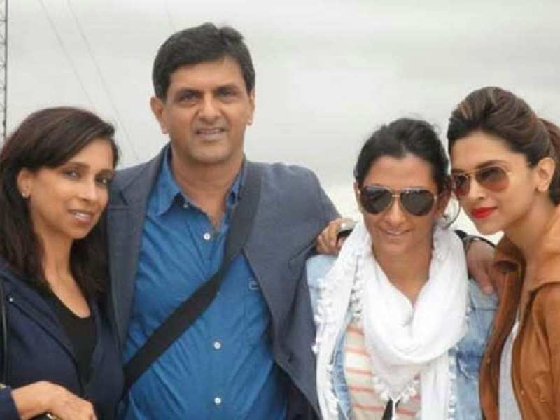 Deepika Padukone Strikes A Stylish Pose With Family
