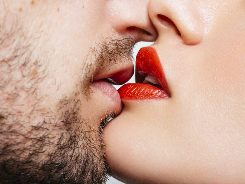 7 ways to make your lipstick kiss proof | The Times of India