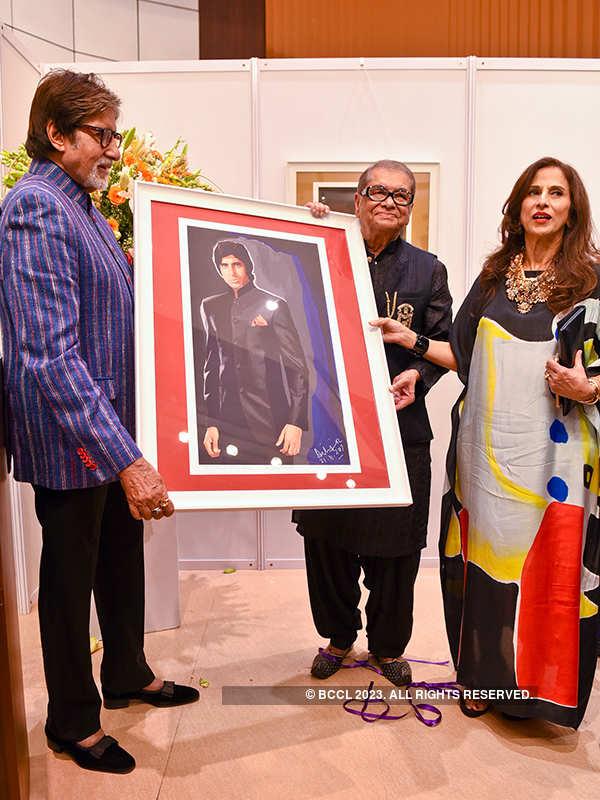 Big B attends Dilip De's art exhibition