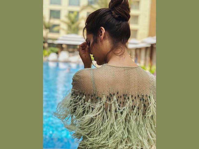 Arjun singer hairstyle backless dresses