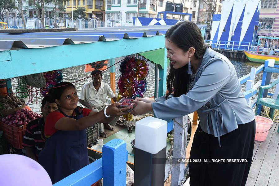 Patuli floating market floors Thai diplomats