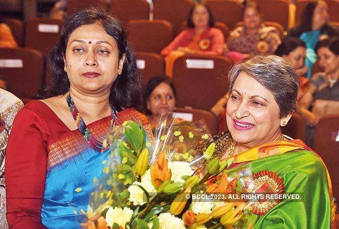 SAM_4368-Mala-Baijal-(in-green)-wife-of-LG-Anil-Baijal-with-Suchana-Patnaik,(Amulya-Patnaik's-wife)-and-President-PFWS