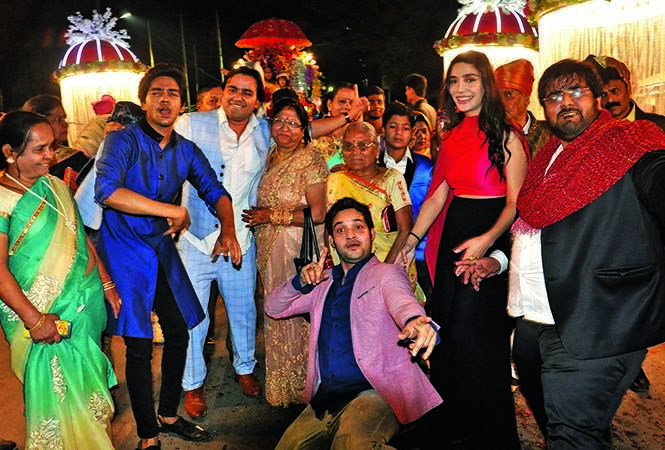Friends dancing in the baraat g (BCCL/ Pics: AS Rathor, IB Singh and Akash & Aman films)