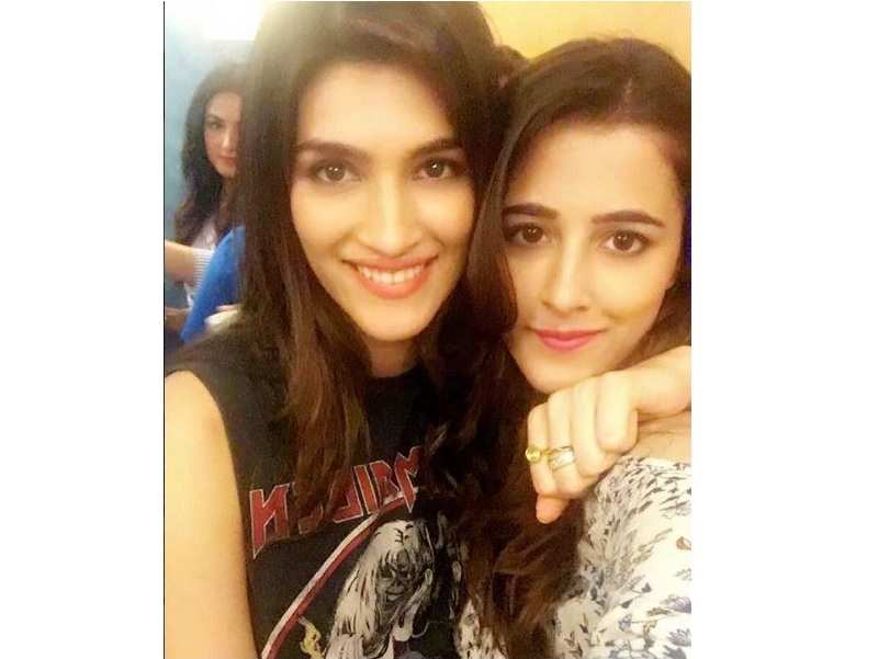 kriti sanon and her sister nupur sanon s candid pictures