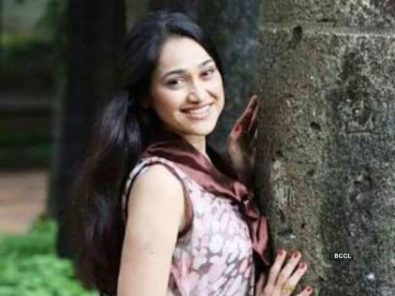 Taarak Mehta fame Disha Vakani seeks the blessing of Smt