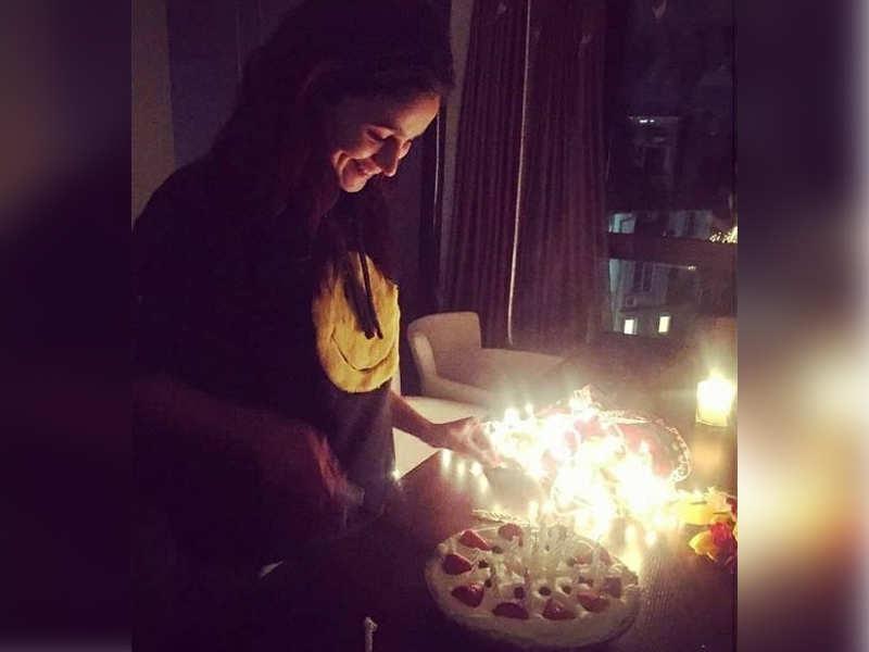 Photo Alia Bhatt Celebrates Her 25th Birthday On The Sets Of Brahmastra