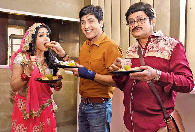 Aasif Sheikh, Shubhangi Atre and Rohitash Gaud enjoying chaat (BCCL/ Vishnu Jaiswal)