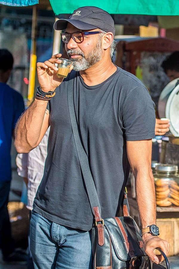 A true blue Mumbaikar, Abhinay Deo enjoys cutting chai at a street joint in the city