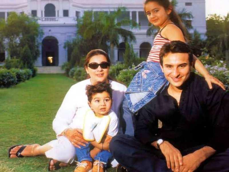 sara-ali-khan-with-family