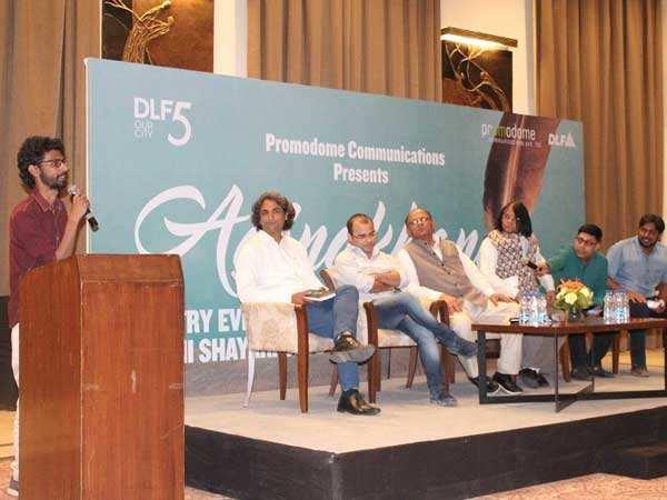 Abbas-Qamar-reciting-at-Aainkahana-organised-at-DLF-Club5