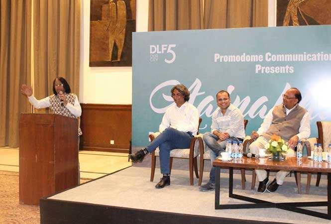 Farhat-Ehsas-reciting-at-Aainkahana-organised-at-DLF-Club5