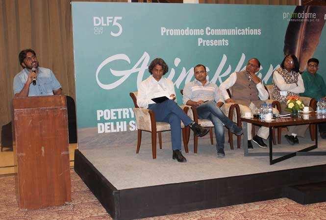 Tarkash-Pradeep-reciting-at-Aainkahana-organised-at-DLF-Club5