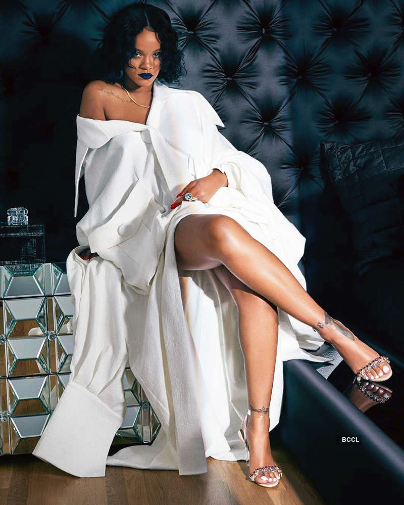 Pop icon Rihanna steams up cyberspace with her bold pictures