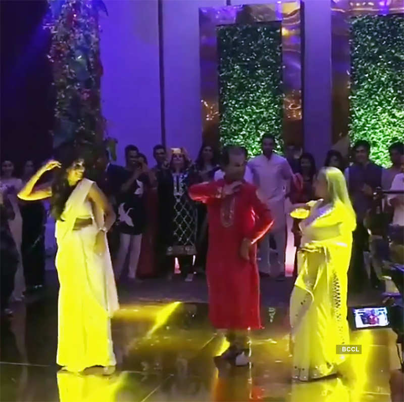 Unseen pictures of Shweta Nanda & mommy Jaya Bachchan's crazy dance at a starry wedding reception