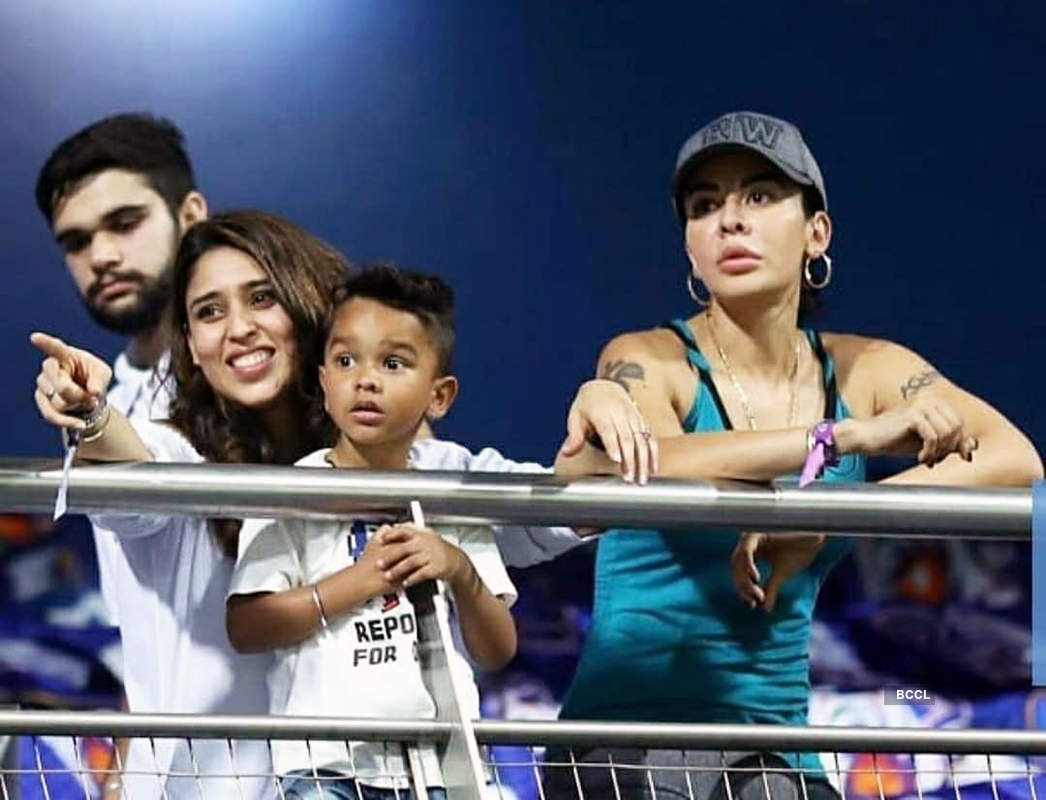 Wives of Rohit & Shikhar bond as they clash on the field during MI vs SRH IPL match