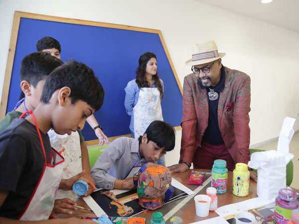 Padma-Shri.Paresh-Maity-conducting-an-art-session-for-students-of-Mount-Litera-School-International-(2)