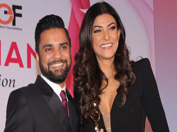Educationist-Karan-Gupta-and-Sushmita-Sen-at-the-I-Am-Woman-Awards
