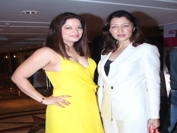 Arzoo-and-Aditi-Gowitrikar-at-the-I-Am-Woman-Awards-to-celebrate-the-inspiration-of-women,-an-Educationist--Karan-Gupta-initiative