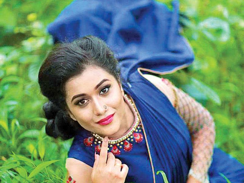 serial name photos karutha actress muthu