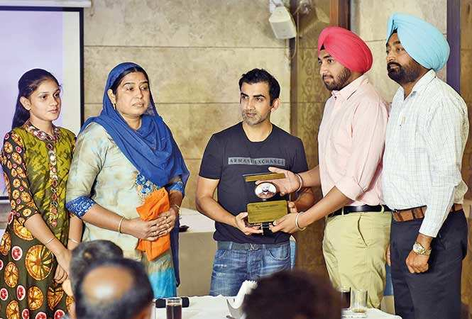 RAN_4546-Family-members-of-late-Inspector-Raghubir-Singh,-the-commander-of-the-company,-present-a-gift-and-memento-to-Gautam