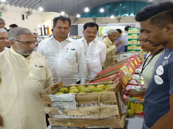 Shri.-Madhav-Bhandari-interacting-with-the-farmers-and-sellers-at-Farmers-Mango-Bazar