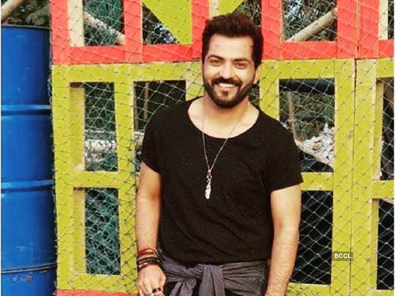 Bigg Boss 10 fame Manu Punjabi becomes victim of cyber fraud, large amount gets stolen