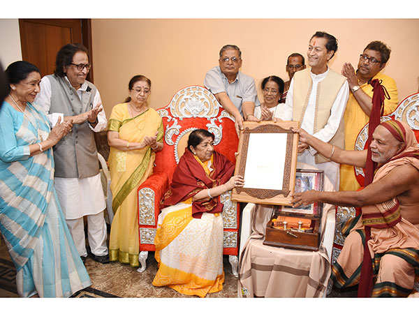 Lata-Mangeshkar-gets-felicitated-by-Karvir-Pith-Shankaracharya-as-Asha-Bhosle,-Hridaynath-Mangeshkar,-Usha-Mangeshkar,-Meena-Mangeshar-&-Adinath-Mangeshkar-watch-onFINAL