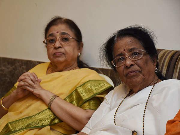 Usha-Mangeshkar-and-Meena-Mangeshkar-at-Lata-Mangeshkar's-felicitation-by-the-Karvir-Pith-ShankaracharyaFINAL