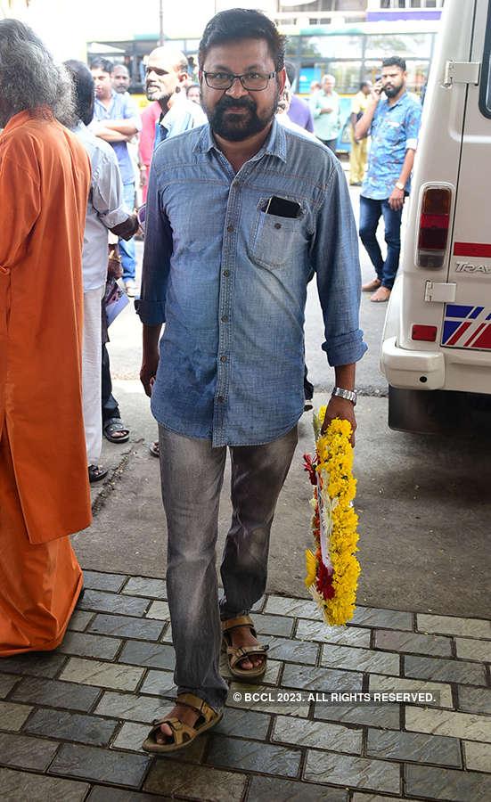 Celebs pay homage to Kalasala Babu