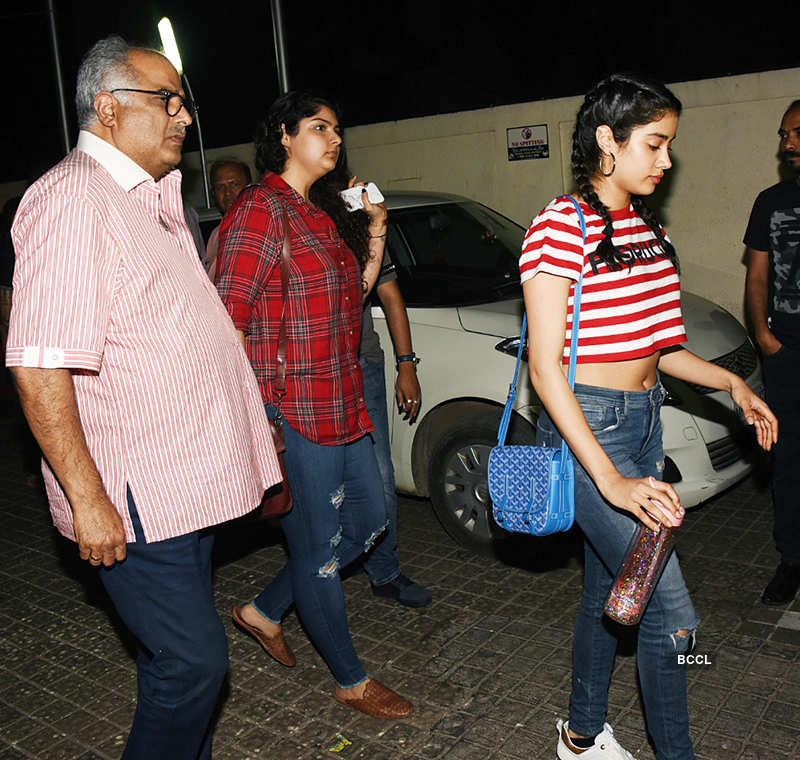 Janhvi, Khushi, Anshula & Arjun Kapoor's date night with daddy Boney Kapoor, see pictures