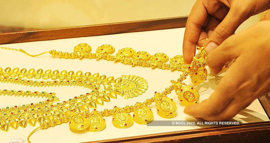 Golds slips below Rs 32,000 on global cues